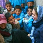 Angelina Jolie s'amuse avec des enfants afghans dans le camp de réfugiés de Peshawar, durant sa dernière visite au Pakistan en mai 2005