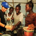 Angelina Jolie visite un camp de femmes, Sierra Leone, février 2001