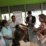 Décembre 2006, Angelina Jolie et Brad Pitt rencontrent une famille colombienne réfugiée à San José, au Costa Rica, le 25 décembre -
