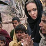 L'ambassadrice de bonne volonté Angelina Jolie écoute une femme dans son village à Jabel Sharoon, novembre 2005